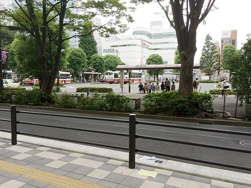 調布駅南口のバス乗り場付近です。