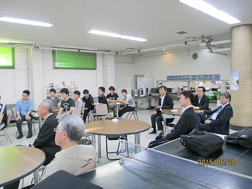 堅田社長が来るということで、この日は学生だけでなく、近い年代のOBも何と9名も寮へ集まってくれました。