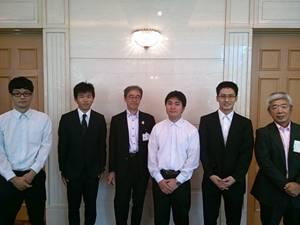 (寮長(右端)、和歌山県東京事務所の方(左から3人目)との集合写真)